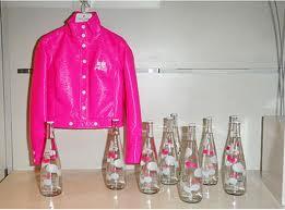 Retour de Courrèges- Blouson vinyle rose et bouteille Evian