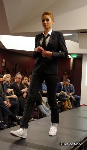 Mannequin femme dans défilé de mode hommes