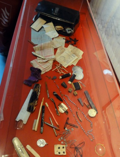 Le contenu du sac d'une femme pendant la guerre CHRD Lyon