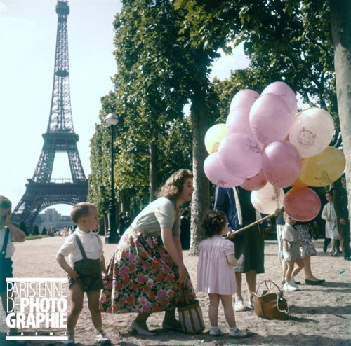 Jeune femme et enfants sur le Champ-de-Mars Paris, vers 1960 (c) Roger-Viollet