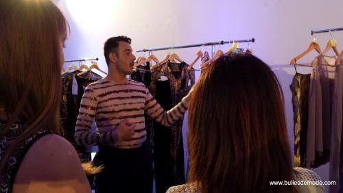 Eric Tibusch explique à ses habilleuses les tenues (4)-003