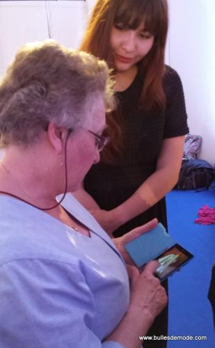 Mamie montre son dernier prototype sur son fidèle smartphone