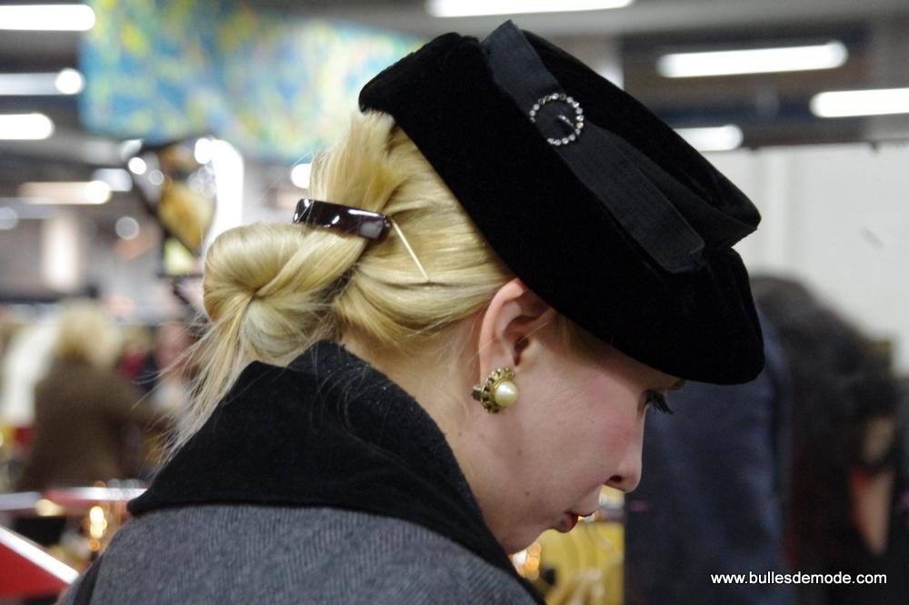 chic élégance détails broche perle chapeau