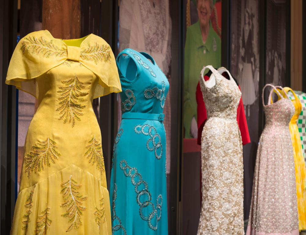 La garde-robe d'Élisabeth II mise à nu à Buckingham Palace