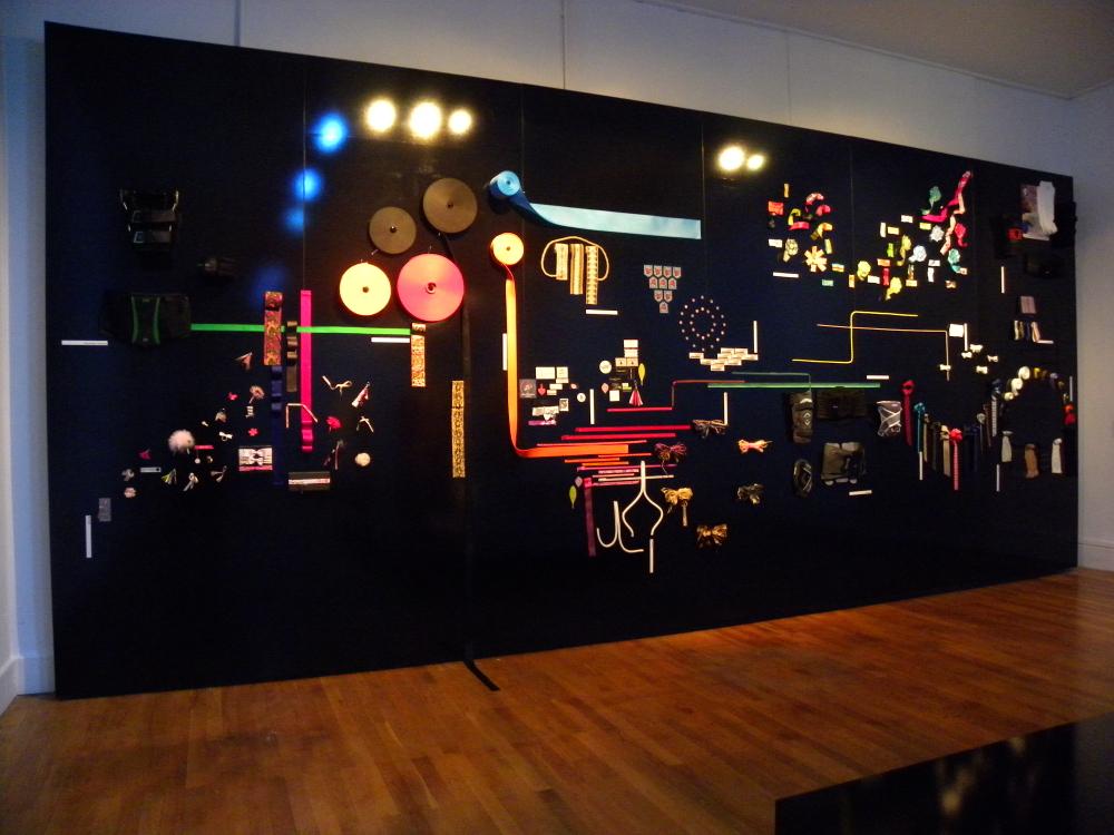 """Une scénographie originale - Exposition """"Le ruban c'est la Mode"""", (c) Eric Perrin / musée d'Art et d'Industrie"""