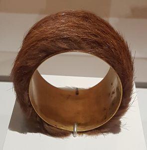 Meret Oppenheim - Bracelet fourrure pour Schiaparelli 1935