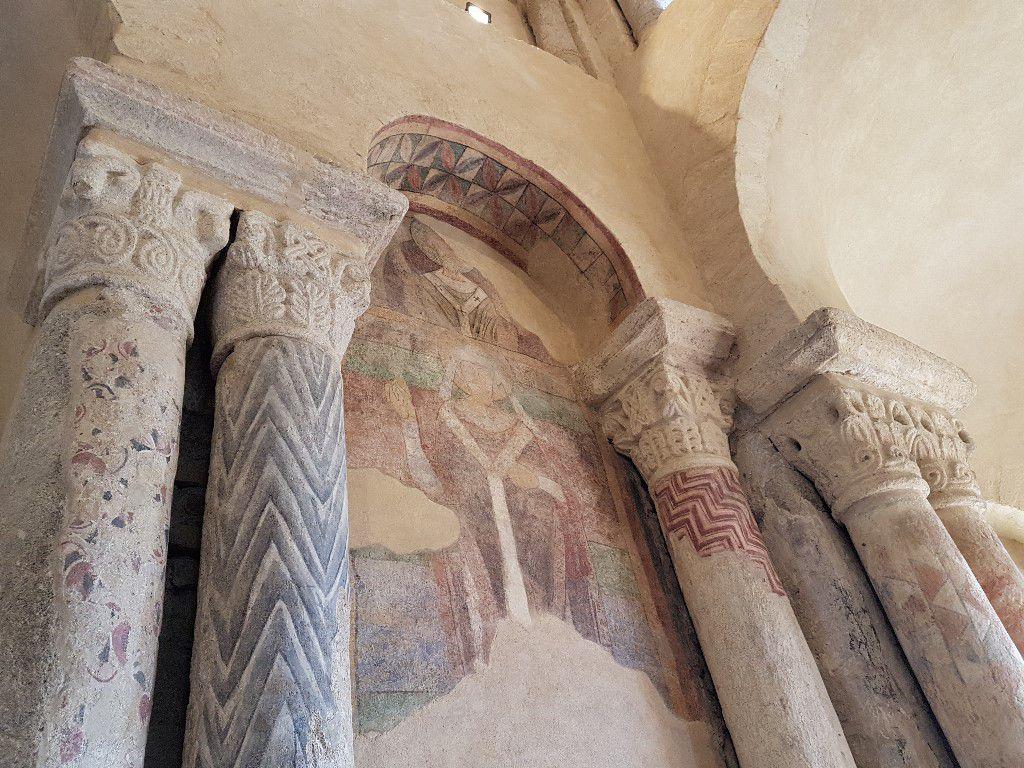 Chapiteaux et décors peints médiévaux