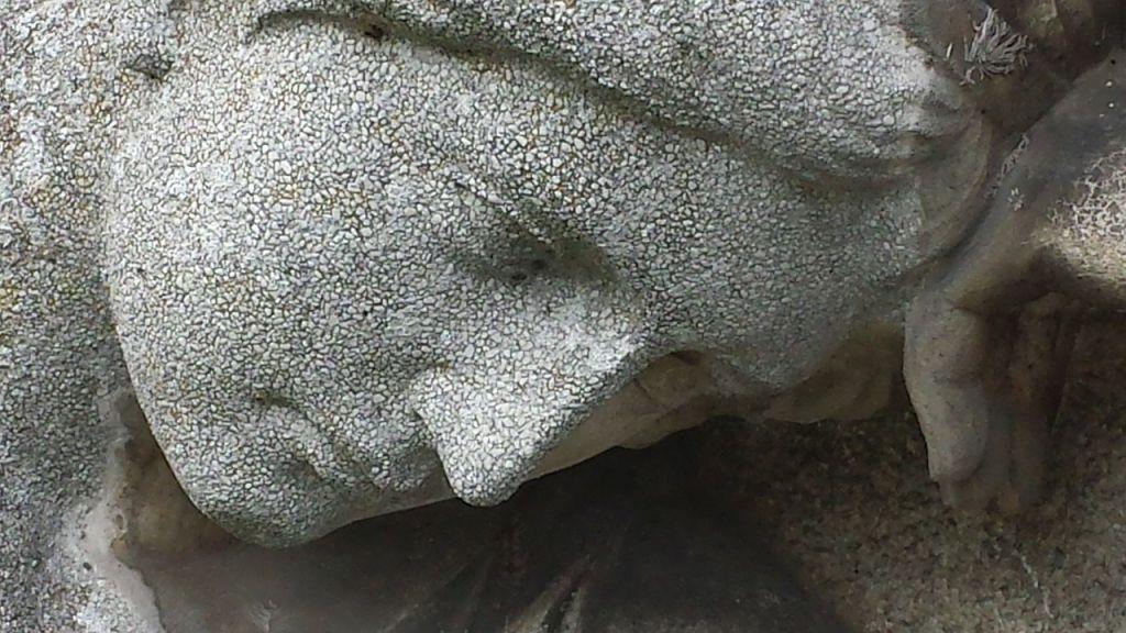 Statue femme pierre